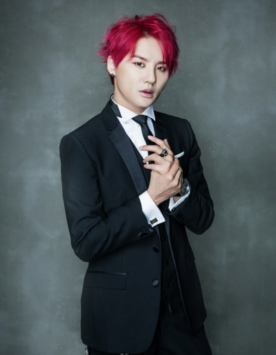 Tóc nhuộm màu tím đỏ cho chàng da sáng thêm nổi bật
