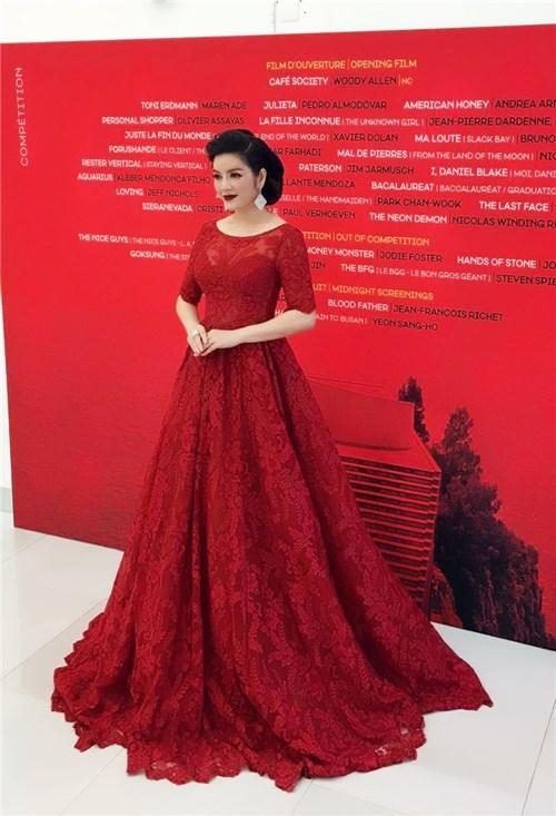 Lý nhã kỳ diện váy đỏ rực tung hoành ở cannes